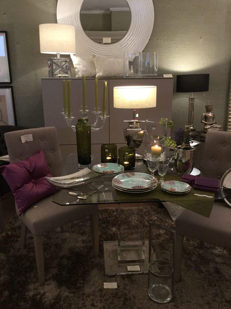 Esstisch mit Glasplatte und Acrylfuß