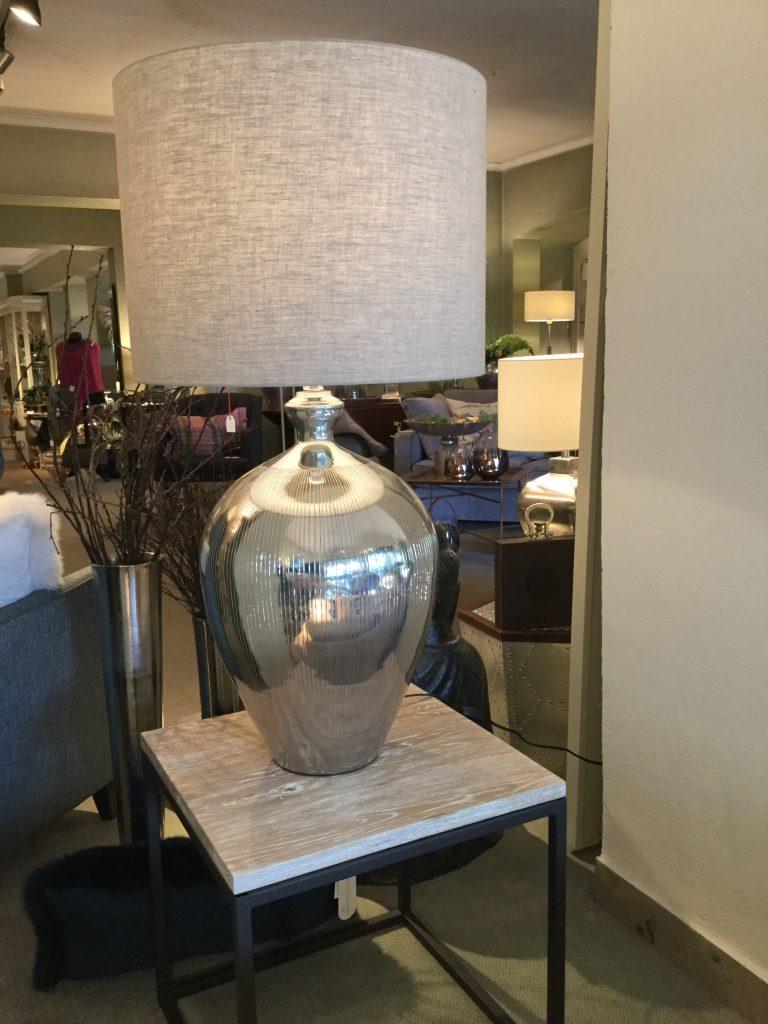 Lampe Oberfäche gerillt Metallfuss