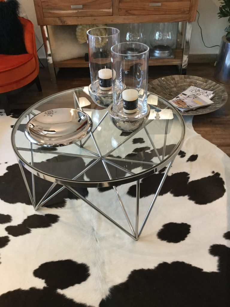 runder Glastisch mit geometrisch geformten Beinen