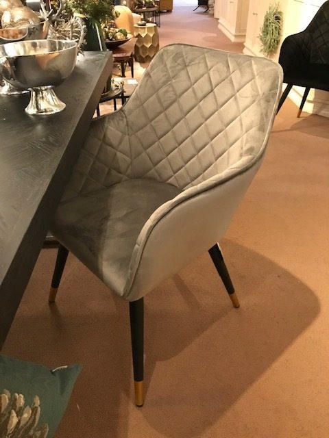 grauer Esstisch Stuhl mit Rautenmuster