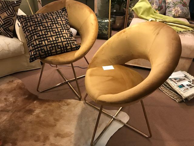 halbrunder Stuhl in creme und Messingfüße modernes Design
